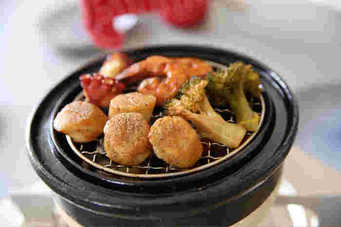お好みで魚介やお野菜など、その日の気分で気軽に燻製料理を楽しめるのが魅力。調理時間も短く簡単なのに、とにかくおいしい!普段の食卓から大活躍してくれそうなお鍋です。