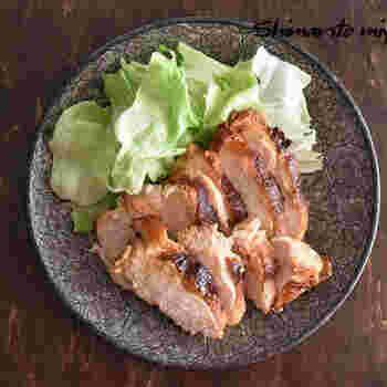 塩ヨーグルトに漬けた鶏むね肉は、さっぱりとしていて、柚子胡椒やポン酢などいろいろな味に展開していくことができる逸品です。しっかり焦げ目をつけて焼き上げると、ジューシーな身とパリッとした皮目の食感の違いも楽しめます。