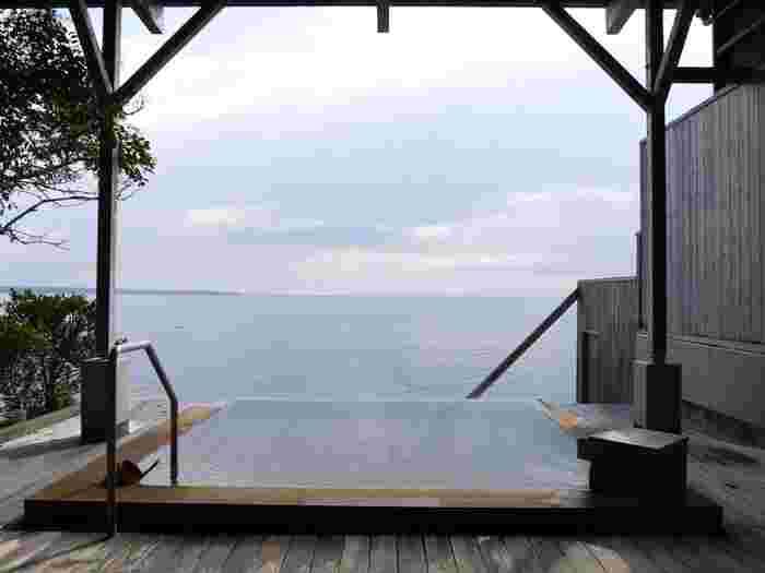 水平線とひとつになれる露天風呂が自慢のリゾート旅館。まるで海に浮かんでいるようで、波の音を聴きながらついつい長湯してしまいそう。夕陽の時間帯の景色も見逃せません。