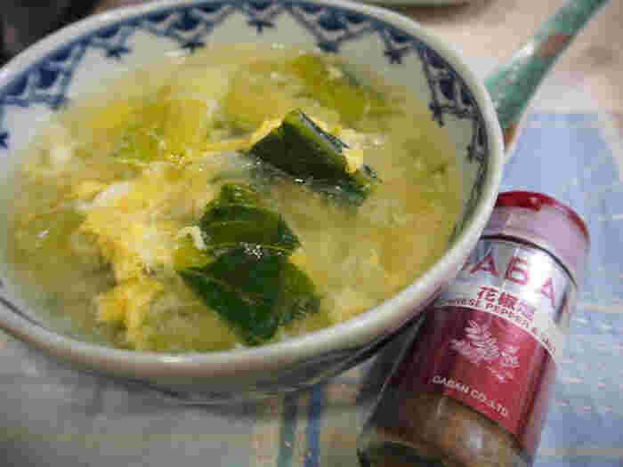 山椒の風味が好きな方に花椒塩はおすすめのスパイス。花椒(ホアジャオ)は、山椒の仲間で、麻婆豆腐をはじめ中華料理ではよく使われています。これに塩を混ぜたのが花椒塩。卵スープにも試してみましょう。こちらは、チンゲン菜と春雨も入ったスープ。花椒塩はお好みで食べる前に追加して振っても良いのだそう♪