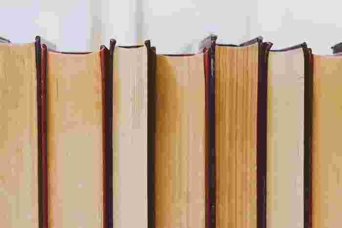 また、日本では、  芥川賞:芸術性を追求した純文学 直木賞:エンターテインメントを追求した大衆文学  が受賞の対象というのも大きな違いとして挙げられます。どちらも、1935年に文藝春秋社の社長であった菊池寛が創設した文学賞で、毎年2回受賞作品が選ばれるので有名ですね。