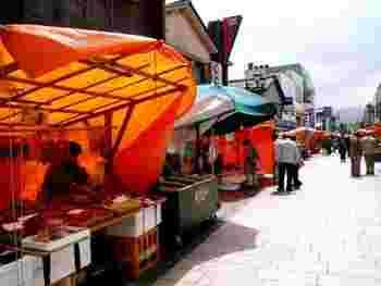 一千年以上も前から続く、輪島の朝市。 この歴史の中で売る者と買う者との心の触れ合いが生まれてきたといいます。
