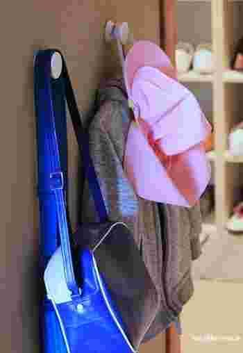 子ども用のバッグは、自分で片づけられるように手が届きやすい場所にフックを取りつけて収納するのがコツです。 「帰ってきたらバッグはココ」と決まっていれば、帰宅後の部屋の散らかりも防げます。  バッグの定位置がなかなか決まらないという人は、利便性に注目してみましょう。