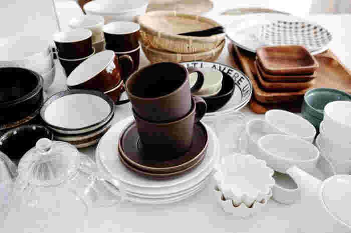 食器を収納する際もちょっとしたコツがあります。例えば、お皿は下から大→中→小で重ねることが多いと思いますが、食器の揺れを最小限にするには高く積み上げず、中→大→小の順にすることで、揺れる余白の部分が少なくなり、安定しやすくなります。