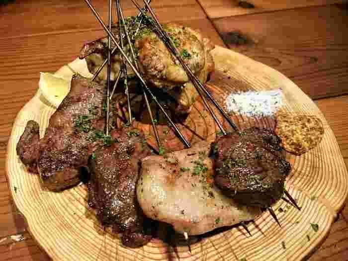 """鴨、鹿、豚、牛、猪とお肉の種類も豊富。中でも人気は""""ジビエの自家製ソーセージ""""なのだとか。バルスタイルなので、お酒片手にワイワイ食事したい時にオススメです!"""
