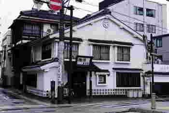 先ほどご紹介した「珈琲まるも」に併設されている旅館。昔ながらの建物に、ワクワクします。料金も意外とリーズナブル!お部屋が少ないので予約はお早めに。