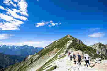 そしていよいよ山頂が近づいて来ます!唐松岳頂上山荘から剣岳を望みます。