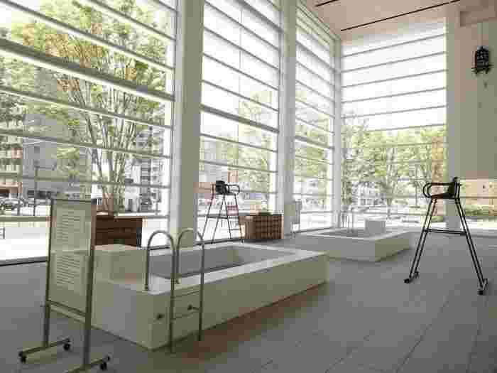 カフェの先には、アーティスト・ミヤケマイさんの4つの作品が集合した「大分観光壁」が現れます。こちらは「水府 覆水難収・フクスイオサメガタシ」という水をテーマにした作品で、実際に座ることもできる体験型のアートです。