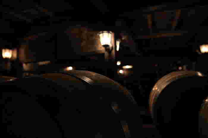ワインセラーの中は神聖な場所。ゆったりとした時間が流れています。フレンチオーク樽が並べられ、中では熟成タイプのワインが静かに瓶詰の時を待っています。