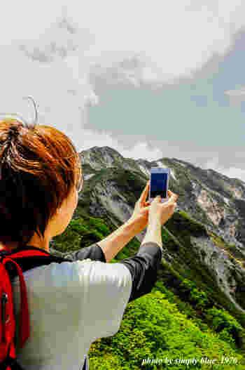 """◆山の天候・・・霧の発生で視界がなくなることも。お目当ての眺望に出会えたら""""ラッキー""""くらいの気持ちで臨むのがベター。  ◆紫外線・・・人体に害を及ぼす紫外線の度合いは、標高1000mごとに10%増加するそう。空気が澄む山頂ではその度合いがより強く。帽子や日焼け止めなどの紫外線対策をお忘れなく。  ◆気温・・・1000m登るごとに6.5℃下降(標高1200mなら平地より約7℃低い)。夏でも温かい飲み物や食べ物はあっという間に冷めてしまうこと、ご承知おきを。  ◆服装・靴・・・気温は平地よりはるかに低くなるため、折り畳めるブランケットやレインウエア、重ね着できるカーディガンは必携。靴は、山道を歩かないならスニーカーでOK。ショートパンツやヒール、サンダルは転倒や虫刺されのもとになるため✕。"""
