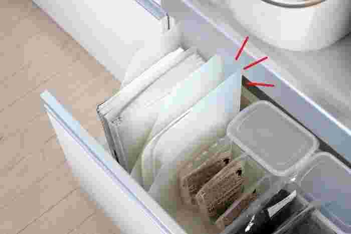 こちらのように、深さのある引き出しに子供用ランチプレートをしまったファイルボックスを並べると、すっきり収納できます。調味料やフライパンなど、食器以外を収納している引き出しの空きスペースを活用しても◎