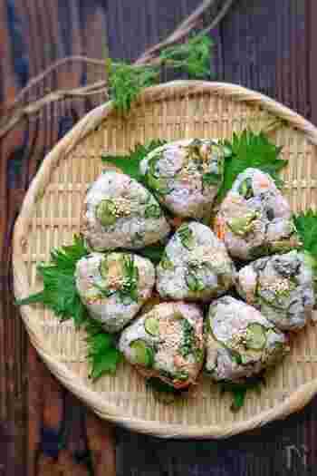 きゅうりと紫蘇が入っているので、暑い日でも食べやすいおにぎりです。鮭のピンクときゅうりのグリーンが美しい。