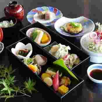 お酒と共に楽しむお膳の事で、お吸い物・お刺身・焼き物・煮物などの一汁三菜を基本とし、お通し・揚げ物・蒸し物・和え物・酢の物などの酒肴が加えられます。
