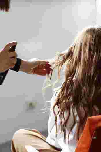 乾燥が気になる髪質やダメージヘアは、ヘアミルクで内部をしっかり保湿し、さらにコーティングとしてヘアオイルを上からつけるという使い方もおすすめです。