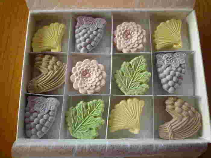 美しい模様が浮かび上がった素敵な干菓子。干菓子の種類は季節によっても変わります。