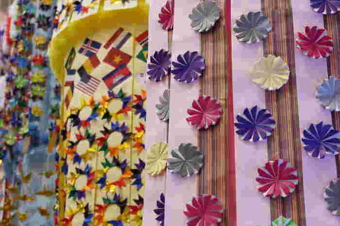 期間中は、仙台市中心部と周辺の商店街が七夕飾りで彩られます。七夕の優雅さと飾りの豪華絢爛さを併せ持つお祭りは、古き良き時代を感じられます。