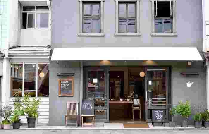 人気観光地、那須塩原エリアのパン屋さんで1軒目にご紹介したいのが、有名店の「カネルブレッド」です。黒磯駅から徒歩1分の場所にあります。リノベーションした建物となっており、外観はシックかつおしゃれで、パンがはみ出るバッグのマークが大変可愛らしいです。