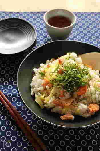 鮭とたくわんを酢飯に合わせた、変わり種ちらし寿司はいかがでしょう。たくわんが加わることで、ポリポリっとした楽しい食感が楽しめます。大葉の香りが爽やかなアクセントに。