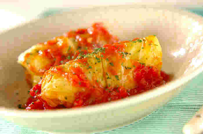 ウインナーとチーズを茹でたキャベツでくるくると巻いて、トマトソースで煮込めば完成。手の込んだ料理に見えるのに簡単にできるのでおすすめ!とろ~っとしたチーズがたまらない1品。