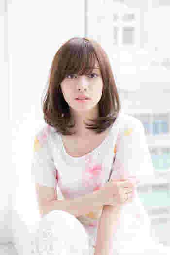 清潔感のある艶髪ストレートは、前髪をさらりと横に流すだけで好感度アップの美人顔に。アイメイクもよく映えます♪