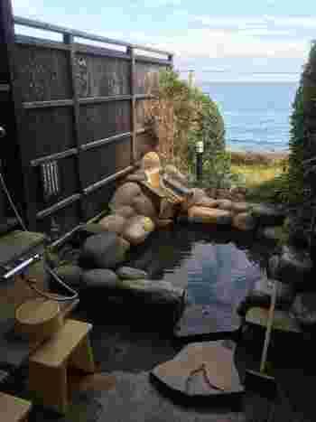 美肌の湯として人気のこちらの温泉宿。大浴場、露天風呂、寝湯だけでなく、無料の貸切露天風呂や有料の特大貸切露天風呂、さらには露天風呂付客室と、とにかくお風呂をめいっぱい楽しみたい方におすすめしたいお宿。とても人気の高いお宿で、宿泊施設ランキングの上位に選ばれるほど。