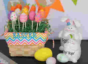 こちらはイースターのための「イースター・エッグ」をケーキポップで再現。カラフルでポップな色がとても綺麗ですね。観ているだけでワクワクしちゃうケーキポップです。