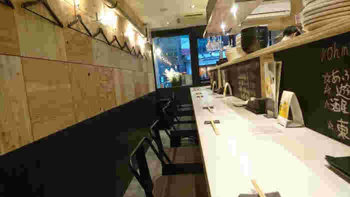 カウンターとテーブル席、個室のある洗練された雰囲気の店内は、デートや女子ランチにもおすすめです。個室は完全予約制で個室料が別途かかるので、事前にお問い合わせくださいね。