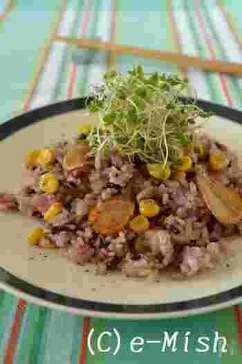 香ばしい焼きとうもろこしと、アントシアニン豊富で栄養たっぷりの黒米を使ったガーリックライス。焼きとうもろこしの甘みとニンニクの風味がとてもよく合います。