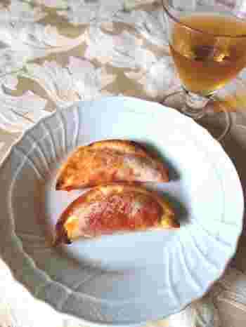 「カルツォーネ」とは、ピザ生地で具材を2つ折りに包んで焼いたもので、トマトとモッツアレラチーズの具が定番です。熱々のトマトとチーズが溶け出さないようにしっかりと端を閉じて。おつまみや小腹が空いた時にも◎