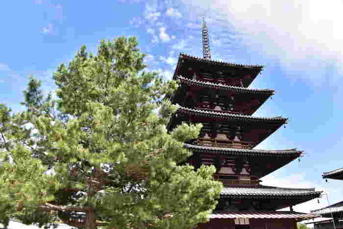 世界最古の木造建築である法隆寺。聖徳太子が建立したことでも有名ですね。 五重塔は興福寺など他のお寺にもありますが、古い時代のものほど上層と下層の大きさに差が設けられているため、この世界最古の五重塔は上に行くほど小さくなっているのがよく分かります。