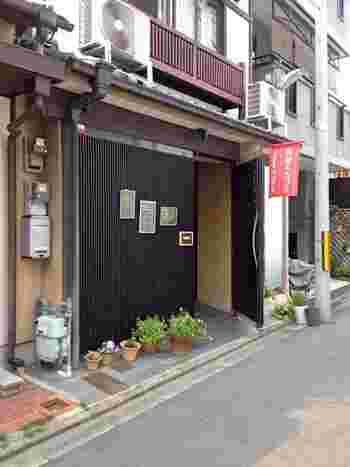 マノ ア マノ(Mano a Mano)は、京都市内におけるビジネスの中心地、四条烏丸(阪急烏丸駅・地下鉄四条駅)近くにある町屋カフェです。