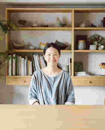 BIRDS' WORDSの全ての作品を生み出す伊藤利江さん。 高校時代より陶芸を始め、国内外での多数の個展、グループ展にて作品を発表したのち、富岡正直さんと夫婦で陶磁器ブランドBIRDS' WORDSを立ち上げました。  「もっと身近に陶を感じ、生活の中に置いてもらえるような作品を作りたい」 そんな想いから、日常で使いやすい陶の食器をはじめ、ブローチやヘアゴムなど、私たちが手に取りやすい作品を数多く作り続けています。