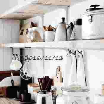 こちらは棚の下にバーを取り付けてキッチンツールをつり下げています。見せながら収納も出来るのが壁面収納の良い所です。見せるアイテムも素材や入れ物を統一すると一気にオシャレ感が増しますね。