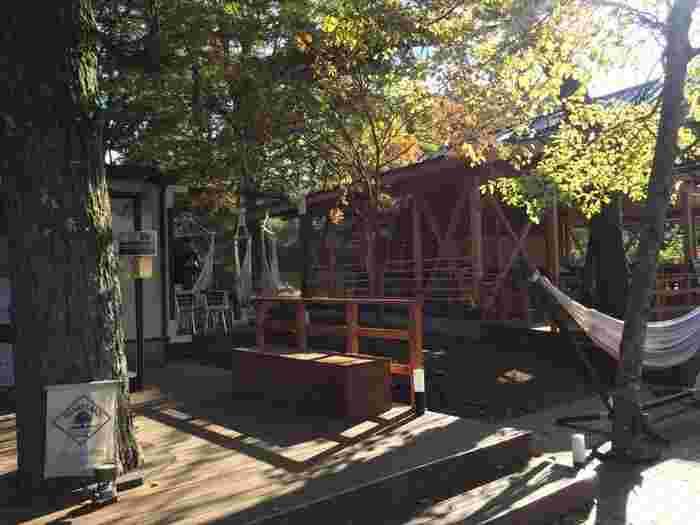 PICA 山中湖ヴィレッジに併設されたカフェ。敷地内の森を抜けた先にあり、少し冒険気分を味わうこともできます。