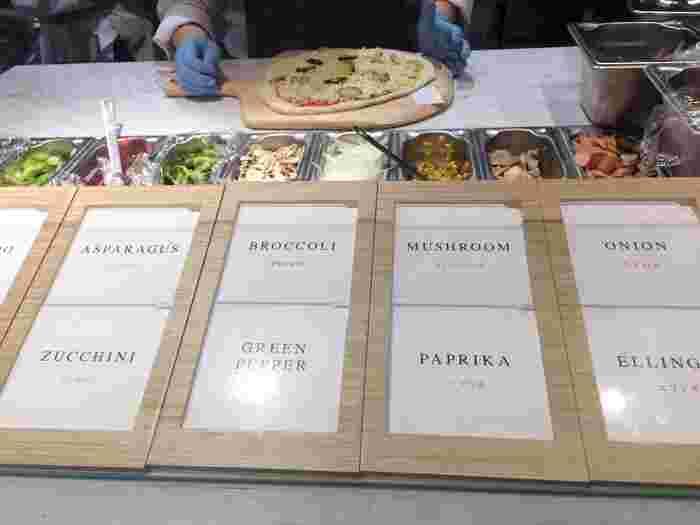 カスタムピッツァは、その名の通りショーケースに並ぶスソースやチーズ、具材をお好みで選んでその場で作ってもらうスタイル。ソースだけでも5種類あり、どれにしようか迷ってしまいます。別々のピザをカスタマイズして、お友だちとシェアするのも楽しそう。