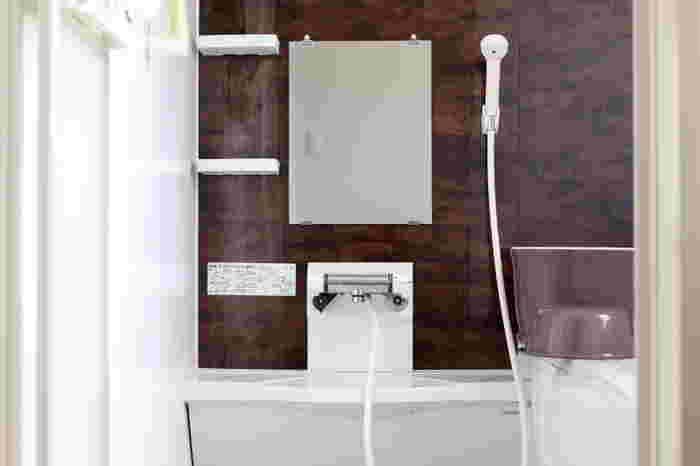 続いてはお風呂場です。ここでも重曹が大活躍!まずは毎日のお掃除に取り入れたい手軽なお掃除方法をご紹介。気になる部分をシャワーで軽く濡らしたら、重曹をかけて数分置いておきます。そのあとブラシなどで擦り洗いをし、シャワーで洗い流します。これだけでも十分お風呂場を綺麗に保つことができます。