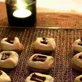 串に刺して焼く『焼きマシュマロ』もいいけど溶ろけて落ちちゃう!そんな時は、スモア風にして焼いてみて♪少し上品さがUPして美味しさも3倍に。