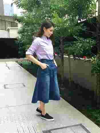 マニッシュなボタンダウンのシャツも、ラベンダーなら女性らしい雰囲気に。カジュアルなボトムスとの好対照コーデ。