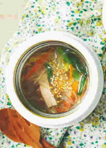 こちらはお弁当のお供にも持って行きたい中華風春雨スープ。冷蔵庫に余っている野菜を使い切りたいときにも便利なレシピです。しょうがをしっかり効かせることが美味しさのポイントですよ♪
