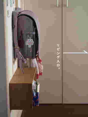 フックやハンガーバーにランドセルを掛けるのも人気のアイデア。お子さんの背丈に合った高さにしておくことが、上手に収納できるコツです。