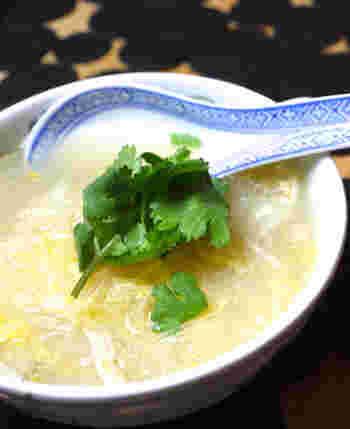 お酢をプラスしたサンラータン風のスープ。後味がすっきりとしているので、いくらでも食べられてしまいそうになります。香菜をプラスすると見栄え良く仕上がります。