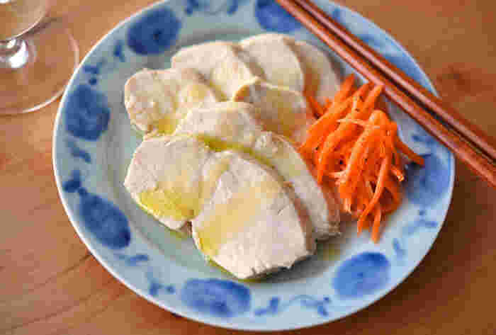 柔らかい胸肉のサラダチキン。下味をしっかり染み込ませてから鍋で蒸らし煮をしていきます。そのまま食べても、冷やし中華やサンドイッチに加えてもいいですね。
