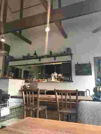 """アンティーク風のインテリアと高い天井が気持ち良い店内です。""""ちゃぶ台を囲んで家庭にいるように食事をしてもらいたい""""がコンセプトで、田舎風フレンチと季節の和食がいただけます。"""