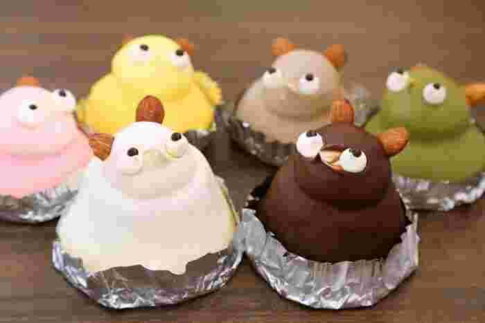 さらにこちらは、オーソドックスなたぬきのケーキの他、白無垢たぬきや、薄茶色のおじいちゃんたぬきのケーキ、緑色の おばあちゃんたぬきのケーキ、黄色の子たぬきのケーキにピンクの姫たぬきのケーキなど揃っています。おじいちゃん、おばあちゃんと一緒に、家族皆でカラフルなケーキでまったりとティータイムを過ごしてはいかがでしょうか。