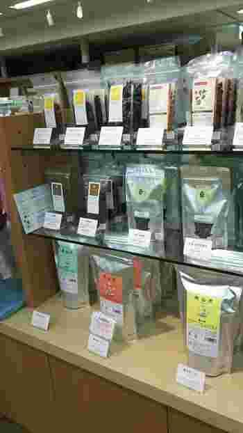 漢方専門店や薬局を運営する『薬日本堂』が、より身近に漢方を感じられるようにと漢方薬やナチュラルコスメ、オリジナル茶を販売する『ニホンドウ漢方ブティック』。京王新宿店の8Fには、実際にオリジナル茶を飲むことができる『漢方カフェ』があります。