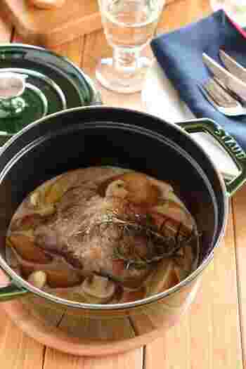 かたまり肉にもじっくりと火を通してしっとりと仕上げるココット鍋。こちらは、ココット鍋の実力を感じられる豪快な煮込み料理です。豚肉のうまみとりんごの自然な甘みは相性抜群。