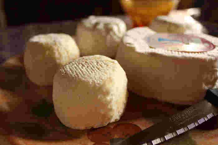 山羊乳特有の発酵臭があり、濃厚な味わいのチーズで、シェーブルタイプとして人気があるものの一つです。 栗のような食感があるのが特徴で、若いうちはやわらかく、熟成が進むと硬くなり、それを切るための「クロタンナイフ」という専用ナイフもあります。