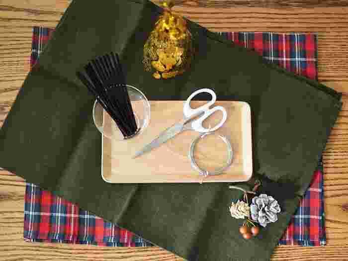 本来ヒンメリは、藁で作りますが、ストローを使って簡単に作ることができます。その他用意するアイテムは、はさみ、手縫い糸、もしくは細いワイヤーなど。これらのアイテムも100均で揃えることができるので、造花リースと一緒に用意するのも良いかも。
