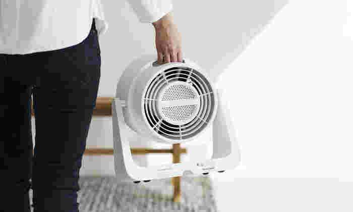 活性炭脱臭フィルター付きで、気になる部屋のニオイを除去して気持ち良い風を送り出します。約3kgと軽量なので、楽々持ち運びできるのも嬉しいポイント。