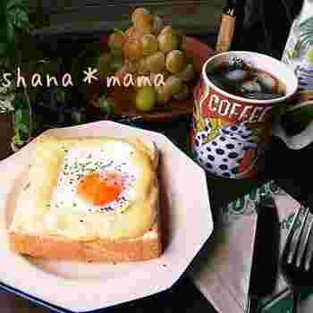 クロックムッシュに目玉焼きをのせたものが、クロックマダム。レンジでチンで出来ちゃう簡単クロックマダムは、ちょっと贅沢な朝食を簡単に叶えてくれる嬉しいレシピです。